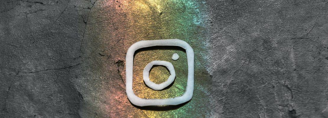 Logo de Instagram con fondo de pieda